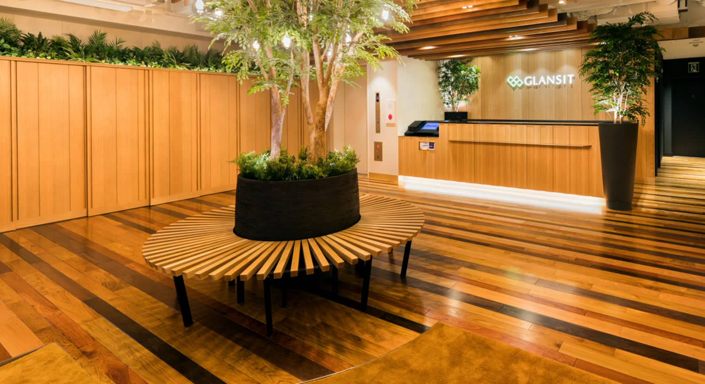 さくら観光 × GLANSIT「洗練×快適性」心安らぐ木壁と緑に囲まれたスタイリッシュで洗練された空間シンプルに快適性を追求したワンランク上のカプセルホテル